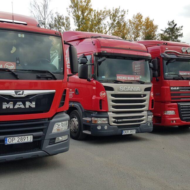 trzy czerwone ciężarówki