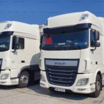 białe ciężarówki