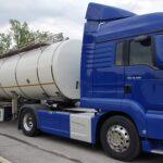 niebieska ciężarówka z białą cysterną