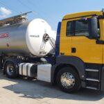żółta ciężarówka ze srebrną cysterną
