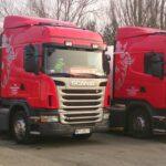 dwie czerwone ciężarówki