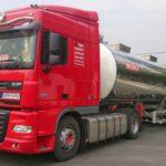 czerwona ciężarówka ze srebrną cysterną