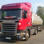 czerwona ciężarówka z białą cysterną